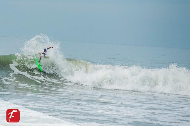 Aksi Dede Suryana Surfer Asli Cimaja
