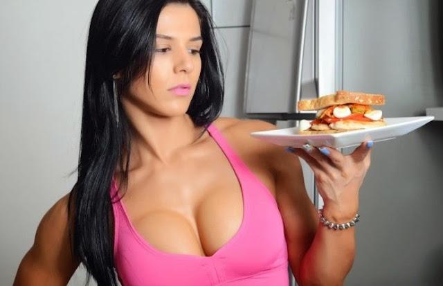 modelo fitness con un plato de comida
