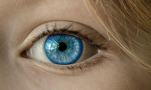 カラーコンタクトデータ青い目の女性の目