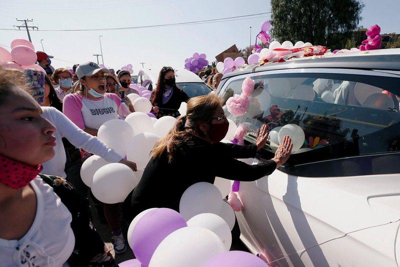 Con globos blancos y morados despiden a Ámbar Cornejo