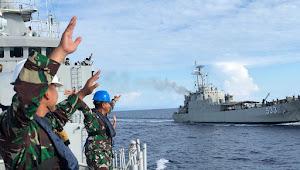 Dua KRI Koarmada II Simulasikan Transfer Masker dan Hand Sanitizer Antar Kapal Di Laut
