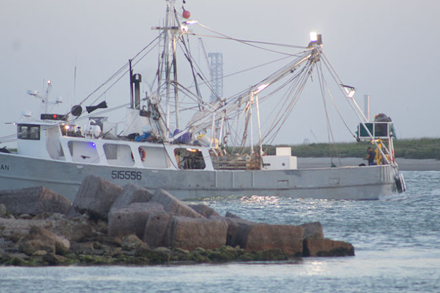 Watch out for fishing boats that intervene, DSLR, 300mm, 1/125 second (Source: Palmia Observatory)