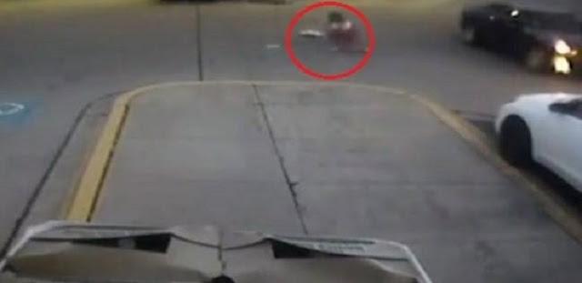 نجاة طفلة قفزت من سيارة أثناء سرقتها في مدينة شيكاغو الأمريكية.! (فيديو)