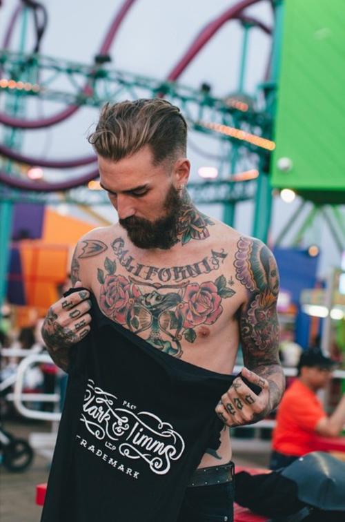 tatuagem masculina no peito e braço pequena e grande