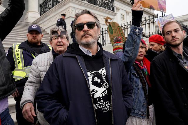 Joaquin Phoenix participa de protesto organizado por Jane Fonda - Foto Joshua Roberts-Reuters