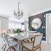 Sala de jantar contemporânea branca com parede azul marinho e lustre clássico!