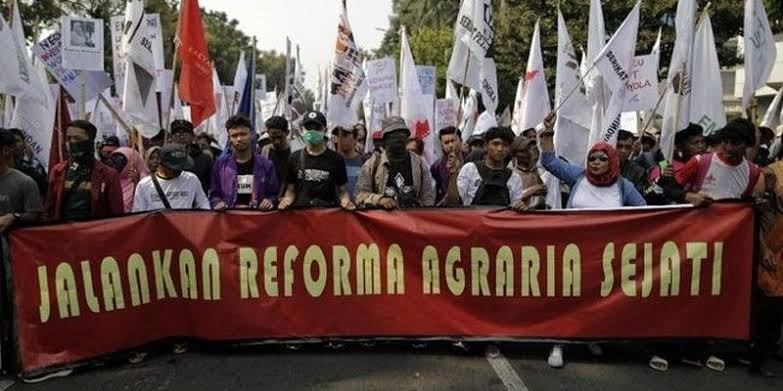 Berdemo di Istana, Petani Ramai-ramai Sobek 'Sertifikat' Jokowi