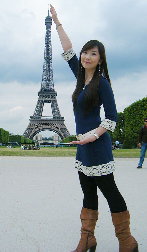 Eiffel tower and n a lo n a