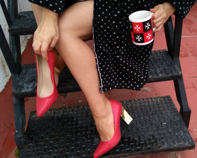 zapatos-rojos-con-tacon-dorado