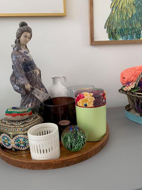 Er blevet vild glad for den japanske dame (en porcelænfigur fra Bing og Grøndahl) Syntes den er smuk sammen med nogle  andre genstande til at lave små stillebener.