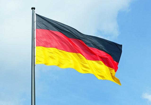 علم ألمانيا يرفرف في السماء