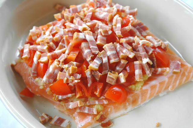Ugnsbakad lax med bacon och tomater