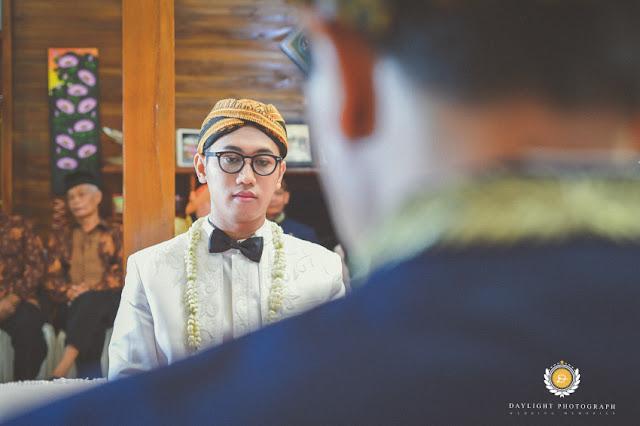 pengantin pria terlihat tegang menjelang pengucapan akad nikah di Ngawi Jawa Timur