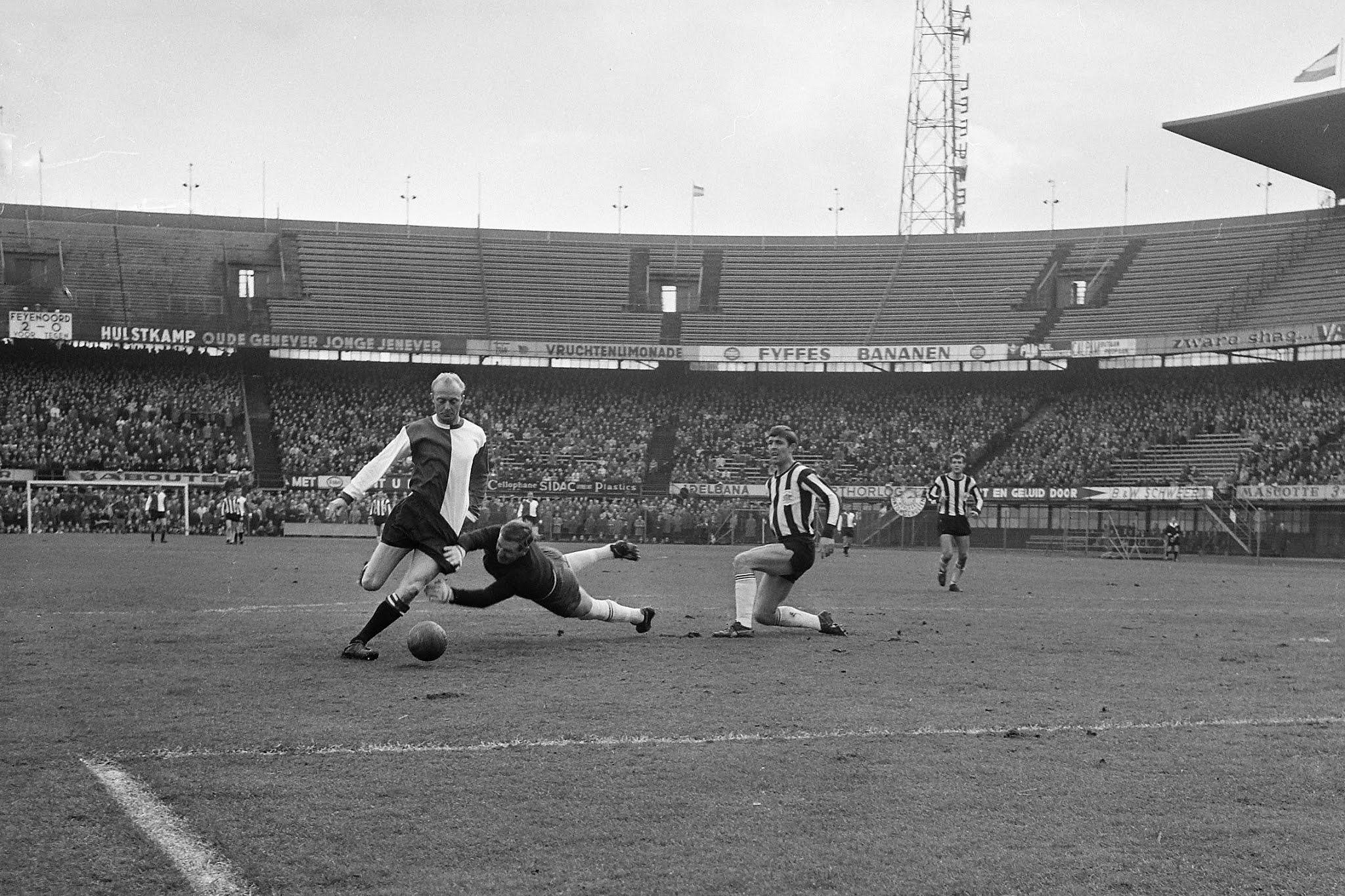 Piet Kruiver (Feyenoord) in duel met Jan van de Wint (Heracles)