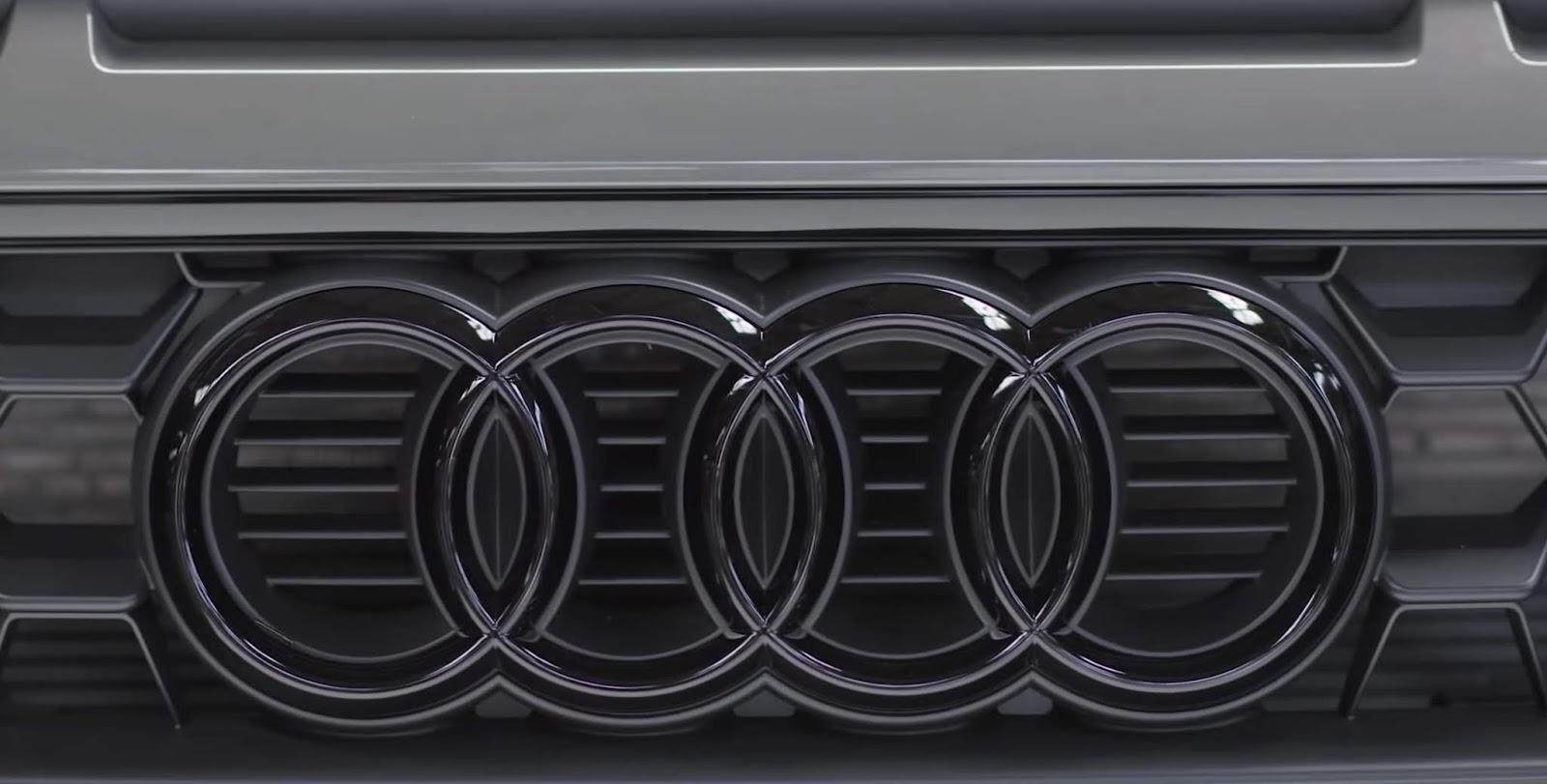 audi a1 2019 dettaglio logo quattro anelli grigio