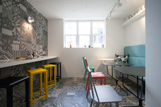Desain interior warung kopi berkonsep scandinavia