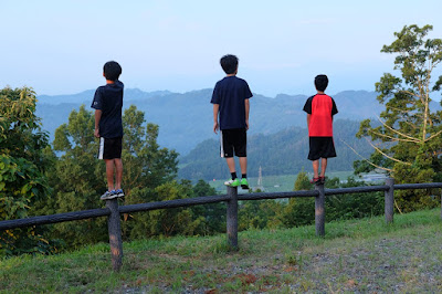 高津屋森林公園 北アルプスや巨峰畑を眺める少年達