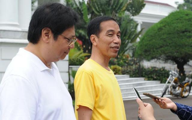 Presiden Jokowi dan Menteri Perindustrian Airlangga Hartato menjawab pertanyaan wartawan di Istana Bogor