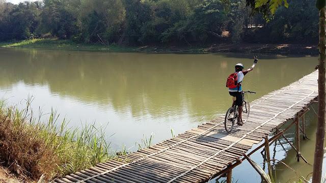 Meniti Jembatan Sesek dengan sepeda