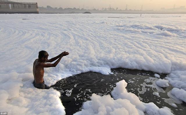 Lago de la India cubierto de espuma toxica que arde e inunda la ciudad