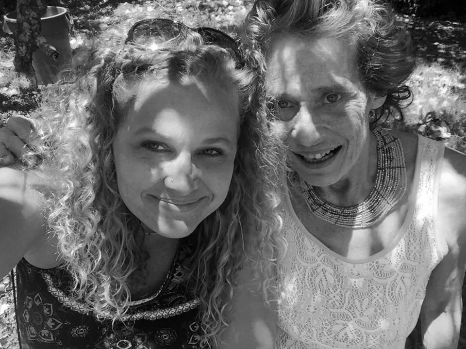A realidade da doença: Mulher registra vida da mãe esquizofrênica