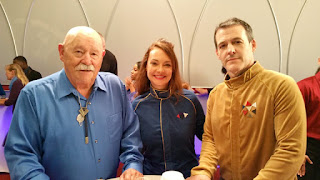Barry Corbin (John April), Tara Ochs (Sarah April) y Robert Pralgo (Robert April) caracterizados.