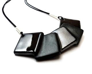 collier contemporain avec dégradé de carrés noirs gris et brillants effet miroir forme géométrique