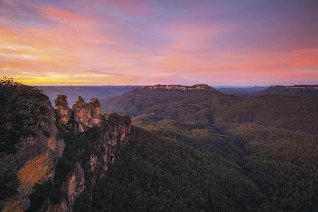 Cái tên Blue Mountains xuất phát từ khung cảnh công viên như có một lớp sương màu xanh huyền bí bao quanh. Công viên nằm cách trung tâm thành phố Sydney khoảng một giờ chạy xe. Tại đây có rất nhiều hoạt động khác nhau như đi bộ, chèo thuyền và leo núi. Nơi tốt nhất để ngắm nhìn Three Sisters (địa điểm nổi tiếng nhất tại đây) chính là Echo Point Lookout.