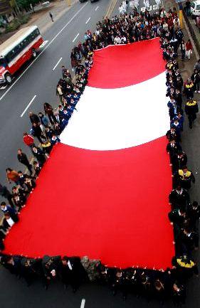 Fotos de personas marchando con la bandera peruana