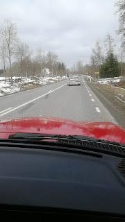 Rött vitt mercedes 1981 på väg i cruising mot Elmia. Impala framför