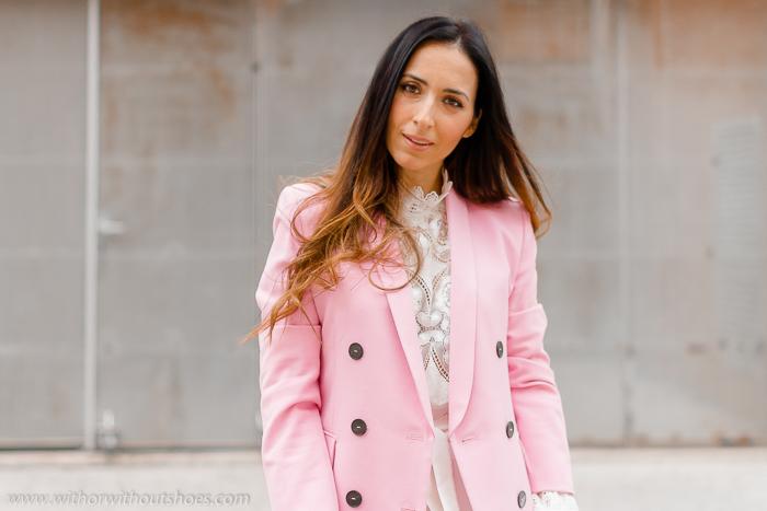 Look como combinar los pantalones blancos con chaqueta blazer rosa blusa encaje de Zara