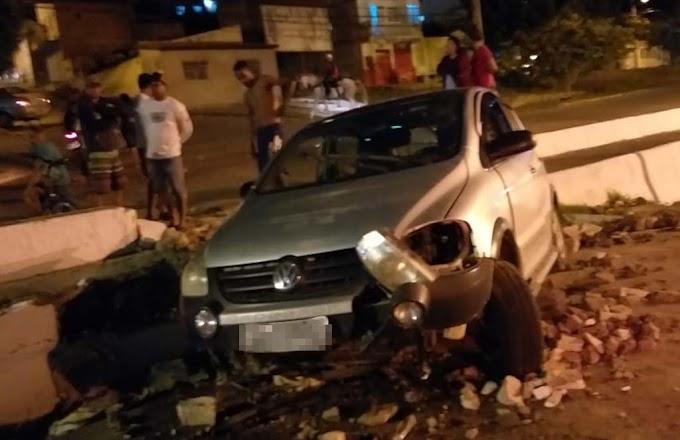 Motorista perde controle de veículo e atinge mureta na Rua Reinaldo Jacobina Vieira