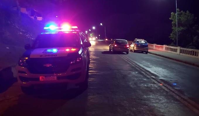 Carro atinge moto e deixa dois feridos em avenida de Jacobina; motorista fugiu a pé