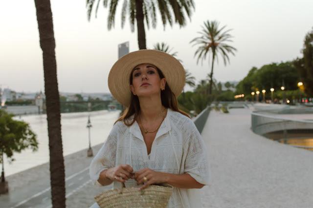 Fashion South con kaftan blanco y sombrero La Mansa