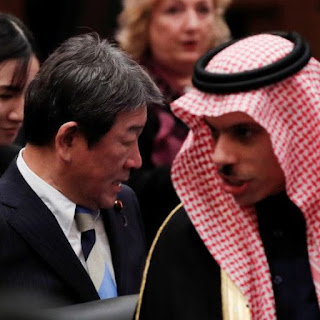 Menteri Luar Negeri Jepang Toshimitsu Motegi dengan Menteri Luar Negeri Arab Saudi Pangeran Faisal Bin Farhan