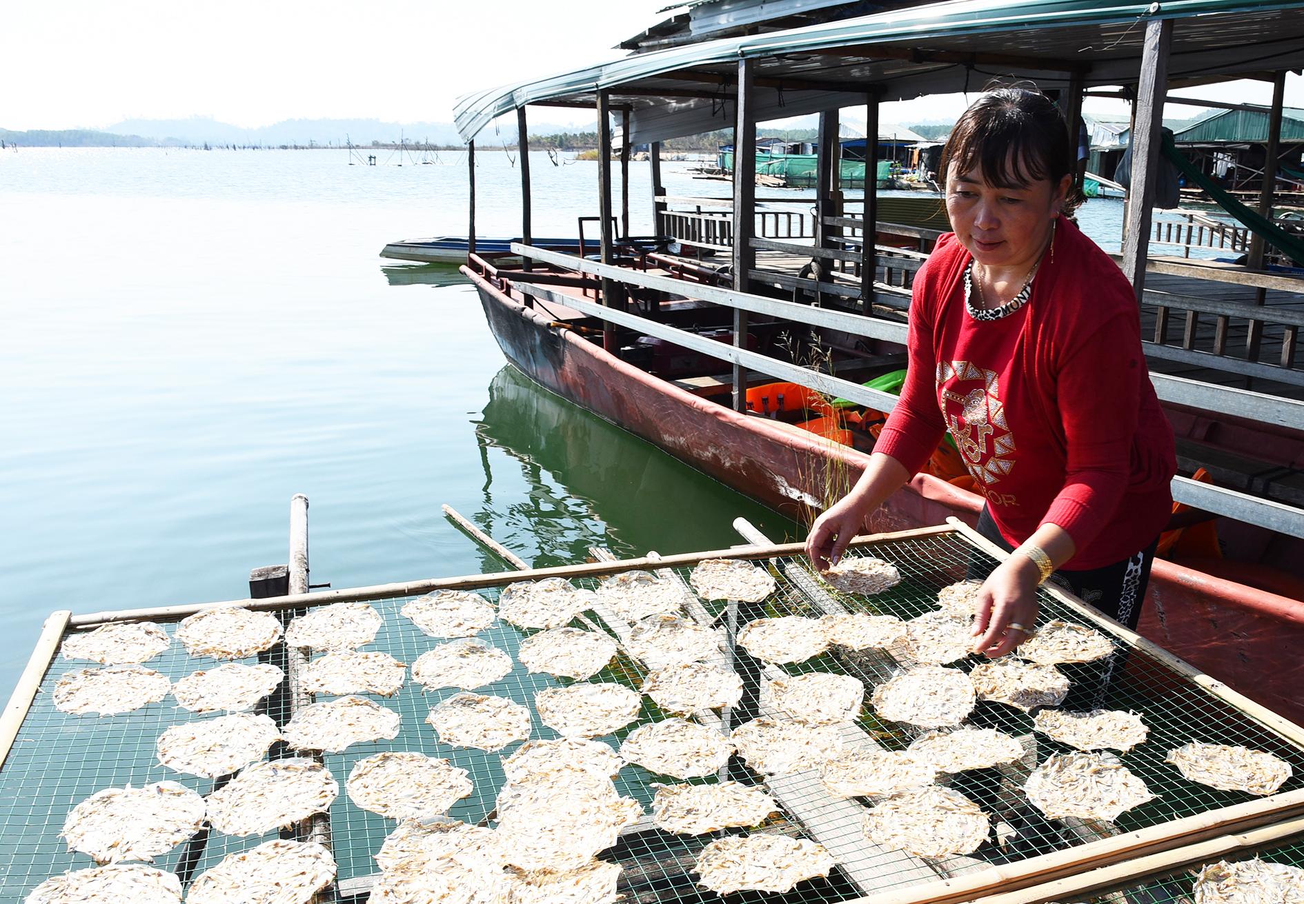 Chế biến đặc sản bánh tráng cá cơm tại làng chài Sê San.