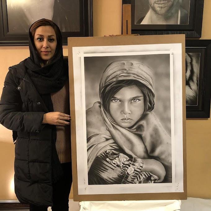 رسامين ايرانيين مع لوحاتهم بعد تخرجهم من دورة الرسم