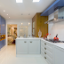 Cozinha azul, branca e amadeirada com bancada em corian e puxadores coloniais!