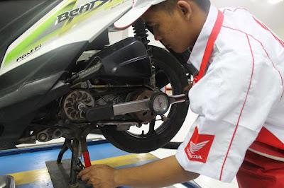 Pengerjaan service Motor Honda di AHASS