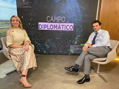 A apresentadora Katiuscia Sotomayor entrevista o embaixador da Bélgica, Patrick Herman (Divulgação/AgroMais)