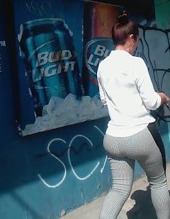 Bonita mujer nalgona pantalon apretado