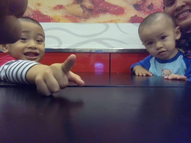 Dua Budak Lapar di Pizza Hut