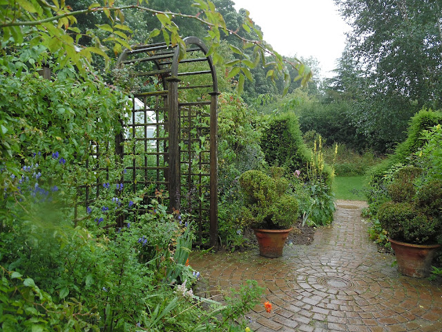 Gentleman's Cottage Garden,nawierzchnia w ogrodzie