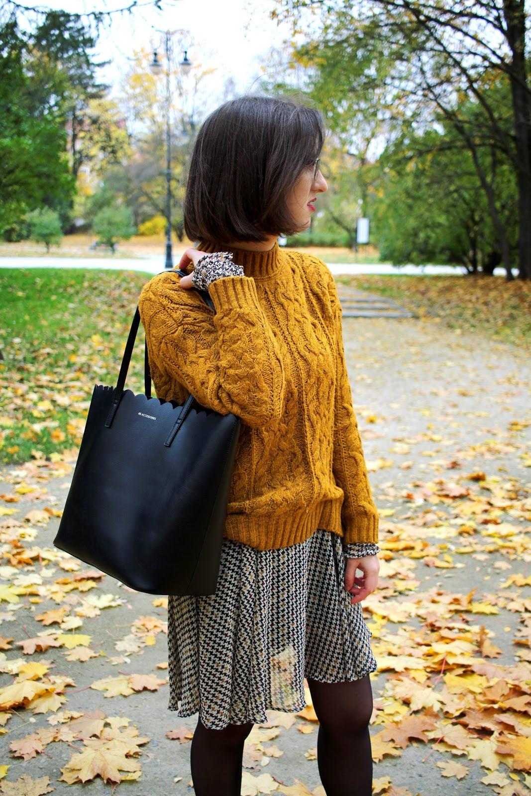 sukienka w pepitkę Zara, musztardowy sweter