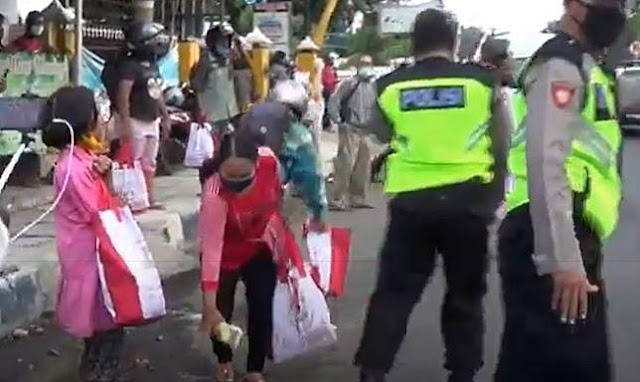 Jokowi Bagikan Sembako di Pinggir Jalan Raya, Warga Berebut Sampai Tumpah-tumpah Berasnya