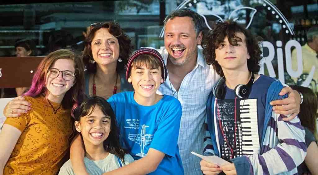 """A atriz Julia Svacinna, 16, volta aos cinemas no papel de Patricia (Julia Svacinna), sobrinha do carismático Tio Tony (Marcus Majella), em """"Um Tio Quase Perfeito 2"""", que foi rodado no Rio de Janeiro, antes da pandemia e teve sua estréia so agora."""