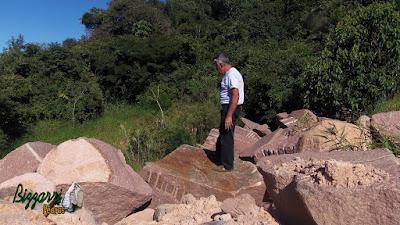 Bizzarri, da Bizzarri Pedras, fazendo o que mais gosta, garimpando pedras ornamentais a pedido de arquitetos e paisagistas. Na foto, pedras brutas de granito vermelho, sendo pedra para execução de lagos ornamentais, pedras para paisagismo e pedras para muro.