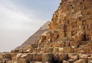 لقطة مقرّبة لأهرامات مصر القديمة.