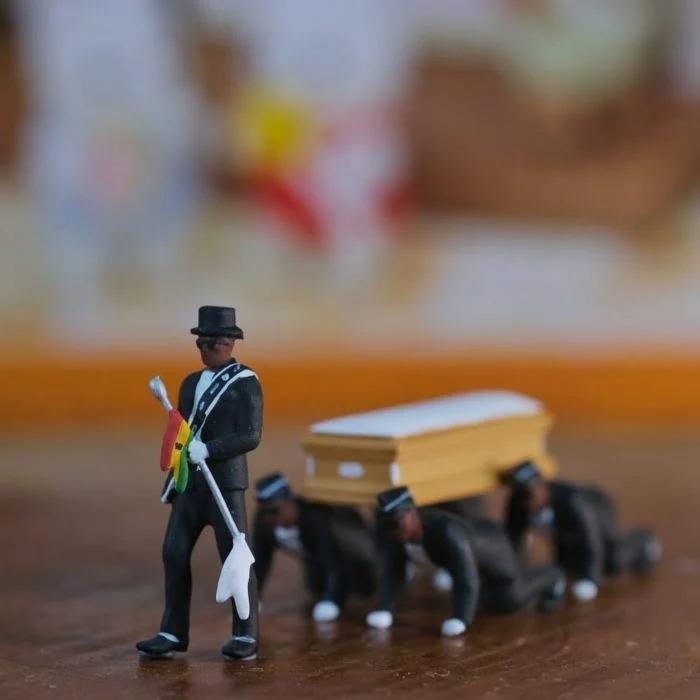 Crean figuras en miniaturas de los africanos cargando el ataúd y las venden por internet