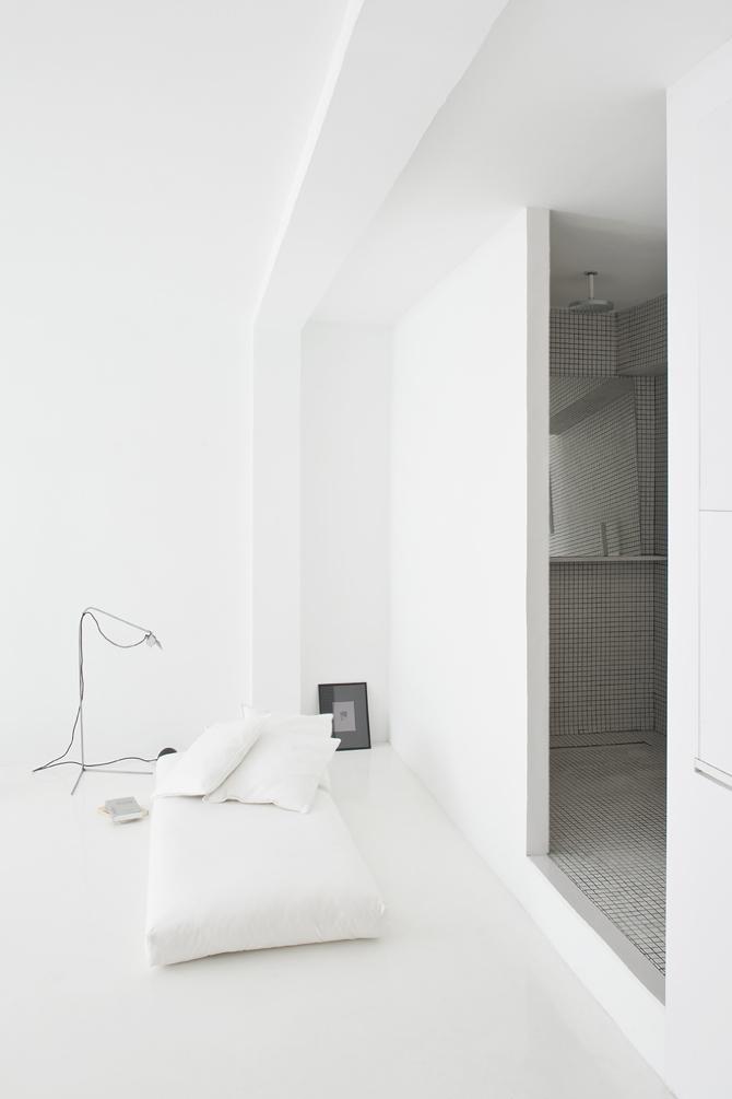 Un pequeño salón minimalista